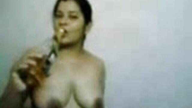 कैम पर उसकी बिल्ली के साथ खेल रहा शर्मीला सेक्सी फिल्म की मूवी किशोर