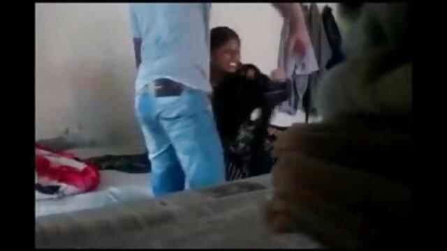 युवा पेट्रा एक पुराने दोस्त द्वारा पकड़ा जाता है सेक्सी फिल्म की मूवी