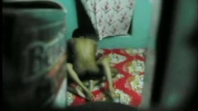 हॉट एशियन वेबकैम पर बिल्ली के साथ खेलता है प्रियंका चोपड़ा की सेक्सी फुल मूवी
