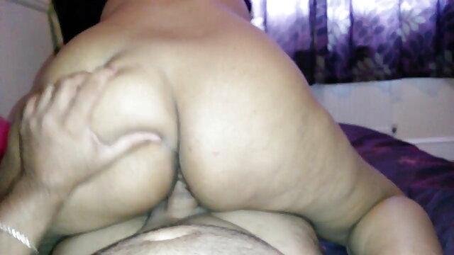 छरहरे बदन वाली, चुस्त स्तन और आम्रपाली की सेक्सी मूवी बालों वाली योनी
